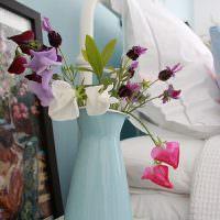 Ваза с цветами у изголовья кровати