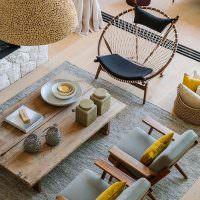 Деревянный стол на сером ковре