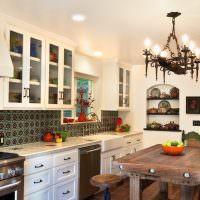 Кованный светильник на потолке кухни