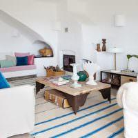 Деревянный столик на полосатом ковре