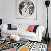 Декор стены над диваном с помощью картины
