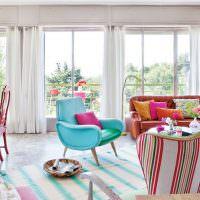 Интерьер гостиной с тремя окнами