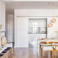 Кухонный гарнитур за раздвижными дверями