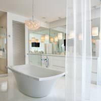 Белая ванна в просторной комнате
