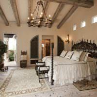 Кровать с фигурными деревянными элементами