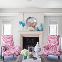 Яркие кресла около камина в гостиной