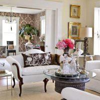 Классическая мебель с белой обивкой