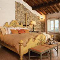 Природный камень в оформлении спальни
