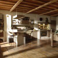 Деревянный пол в кухне итальянского дома