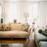 Цветастые подушки на бежевым диване