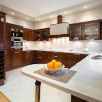 Яркое освещение в кухне с деревянным гарнитуром