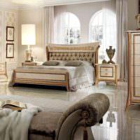 Глянцевый пол в спальне классического стиля