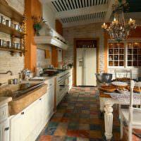 Потертая керамическая плитка на полу кухни