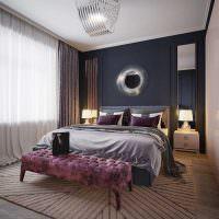 Декор зеркалом стены над изголовьем кровати