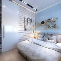 Декоративные подушки на кровати в спальне