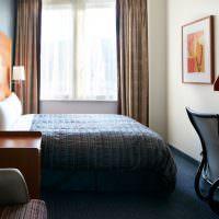 Дизайн узкой спальни с окном в конце
