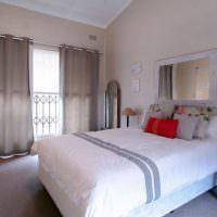 Зеркало над изголовьем кровати в современной спальне