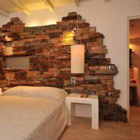 Декорирование искусственным камнем стены над кроватью