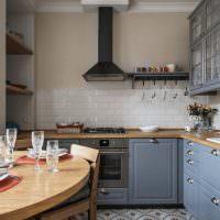 Угловая кухня с белым фартуком