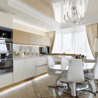 Хрустальная люстра на потолке кухни