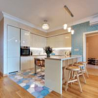 Коричневый ламинат на полу кухни-гостиной
