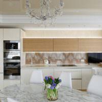 Потолок с полиуретановыми плинтусами на кухне городской квартиры