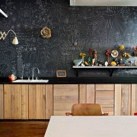 Грифельная доска вместо обоев на кухне
