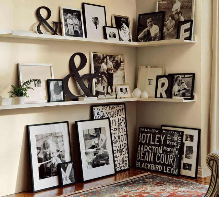 Открытые полки с семейными фотографиями