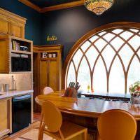 Арочное окно с деревянной рамой