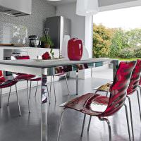 Пластиковые стулья в интерьере кухни