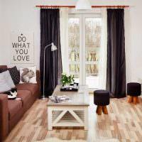 Черные шторы в гостиной с белыми стенами