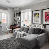 Серый диван в интерьере угловой гостиной
