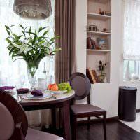 Ваза с живыми цветами на столе кухни-гостиной
