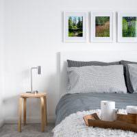 Деревянный стульчик около кровати супругов