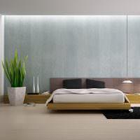 Черный коврик на светло-коричневом полу