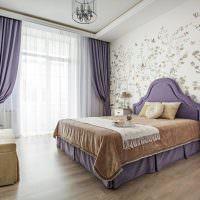 Фиолетовые шторы на окнах комнаты в панельном доме