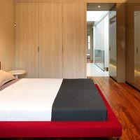 Шкафы с глянцевой поверхностью в небольшой спальне