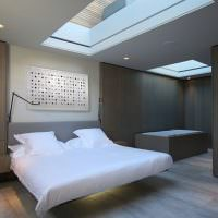 Спальня загородного дома с окнами в потолке