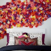 Яркие цветы из бумаги на белой стене