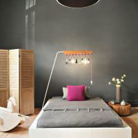 Необычный светильник в серой спальне