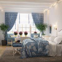 Цветы на подоконнике спальни в частном доме
