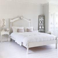 Интерьер спальни сельского дома в белом цвете