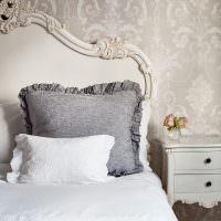 Красивые узоры на изголовье кровати