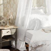 Старинная тумбочка возле белой кровати