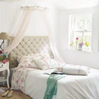 Небольшое окошко в спальне деревенского дома