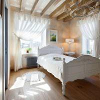 Белая деревянная кровать на ламинированном полу