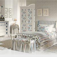Пестрый текстиль на односпальной кровати