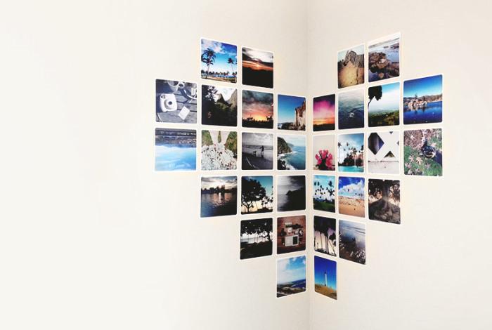 Оформление угла между однотонными стенами с помощью ярких фото