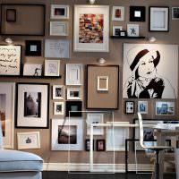 Стена гостиной, усыпанная фотографиями