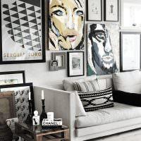 Декор стены над диваном с помощью постеров и фотографий